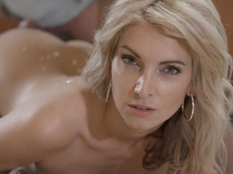 Sexy blonde Bianca Benett loves feeling it in her ass