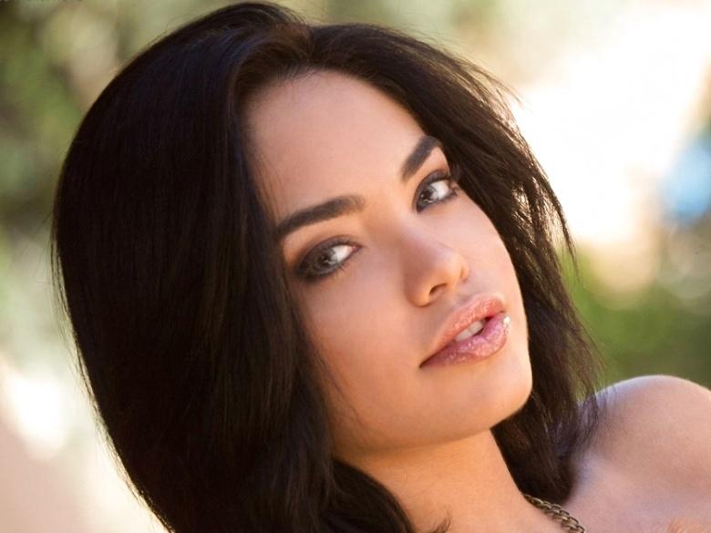Curvy exotic babe Selena Santana in sexy striptease