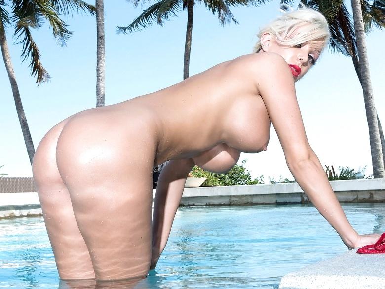 Slim and stacked blonde Savannah Stevens in bikini